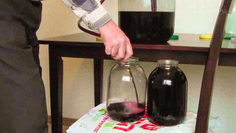 снятие вина с осадка
